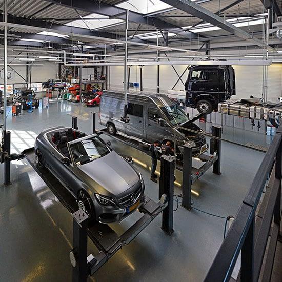 Moderne garage van Malex Automotive